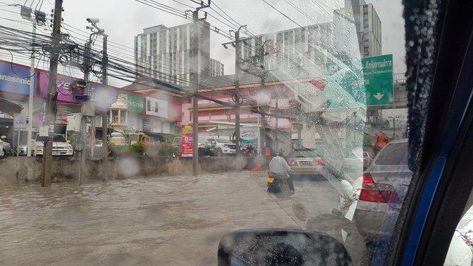 กรุงเทพฯกลายเป็นทะเล ได้ทุกเวลาที่ฝนตกและมีน้ำขังเน่าเสียอีกด้วย