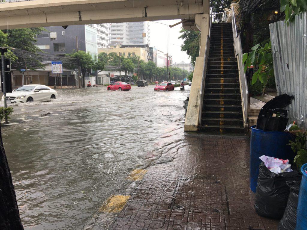 กรุงเทพฯกลายเป็นทะเล น้ำขังรอระบาย มีทุกพื้นที่ของกรุงเทพฯ