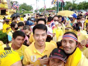 ชาวเน็ตถาม กลุ่มเสื้อเหลือง เป็นอะไรมากไหม ทำไมต้องขอถ่ายรูปกับ เสี่ยโป้