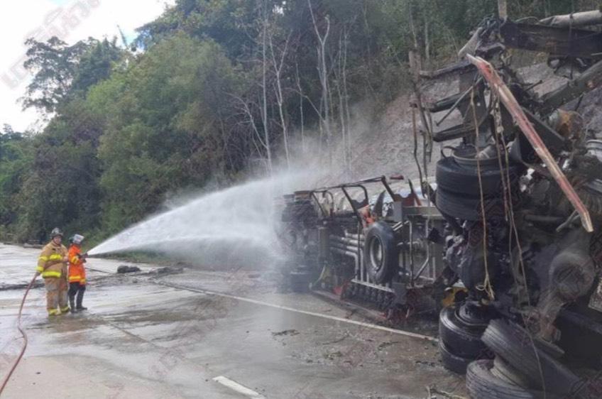 รถน้ำมันบึ้ม ในครั้งนี้ยังไม่มีการระบุอย่างชัดเจน เจ้าหน้าที่ตำรวจในท้องที่รอการสอบสวนและแม้ว่าจะสามารถควบคุมเพลิงและสถานการณ์เอาไว้ได้
